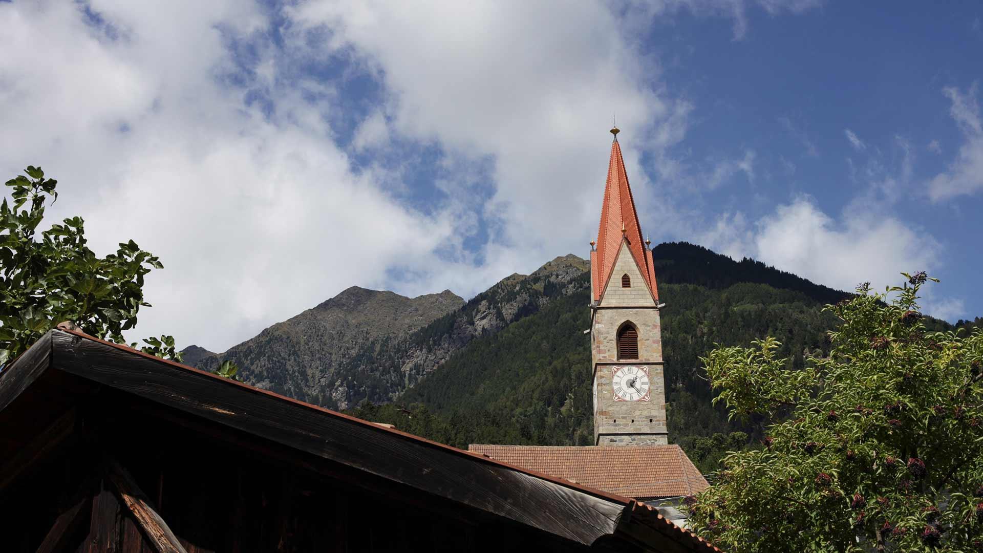 Blick zur Kirche - Kuens