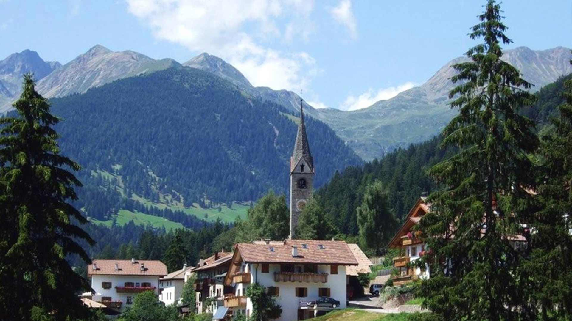 Blick zur Kirche in Laurein