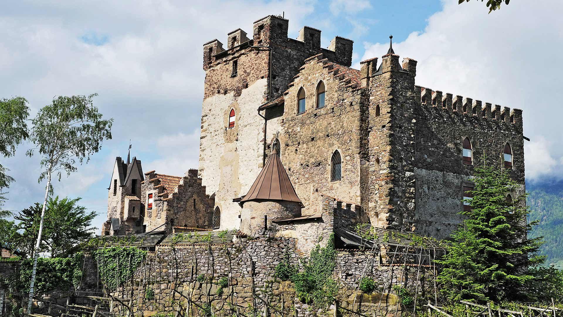Blick zum Schloss Schenna