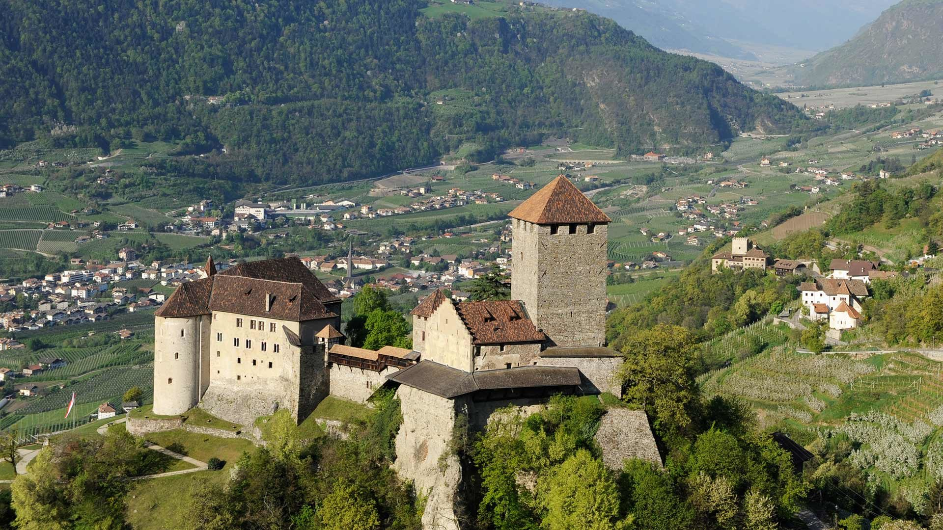 Blick auf Schloss Tirol und Umgebung