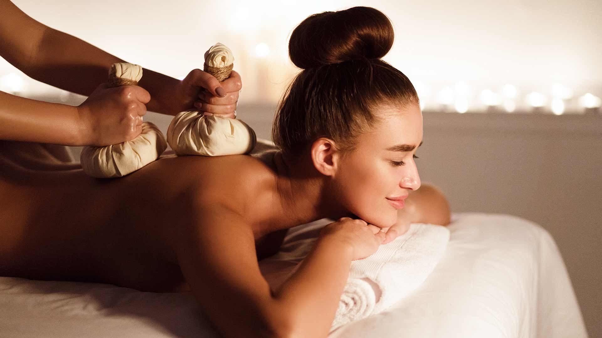 Kräuterstempel-Massage in der Therme Meran