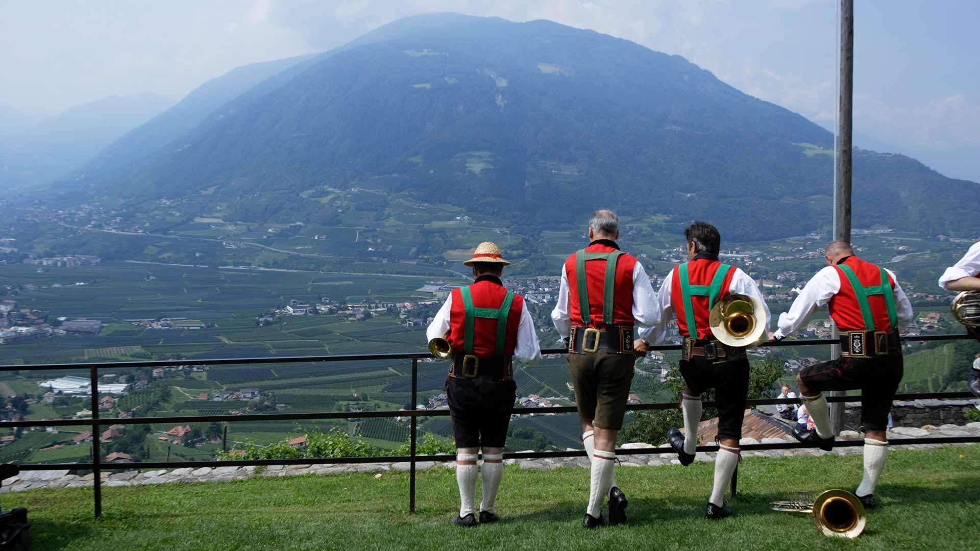 Volksfest auf Schloss Tirol
