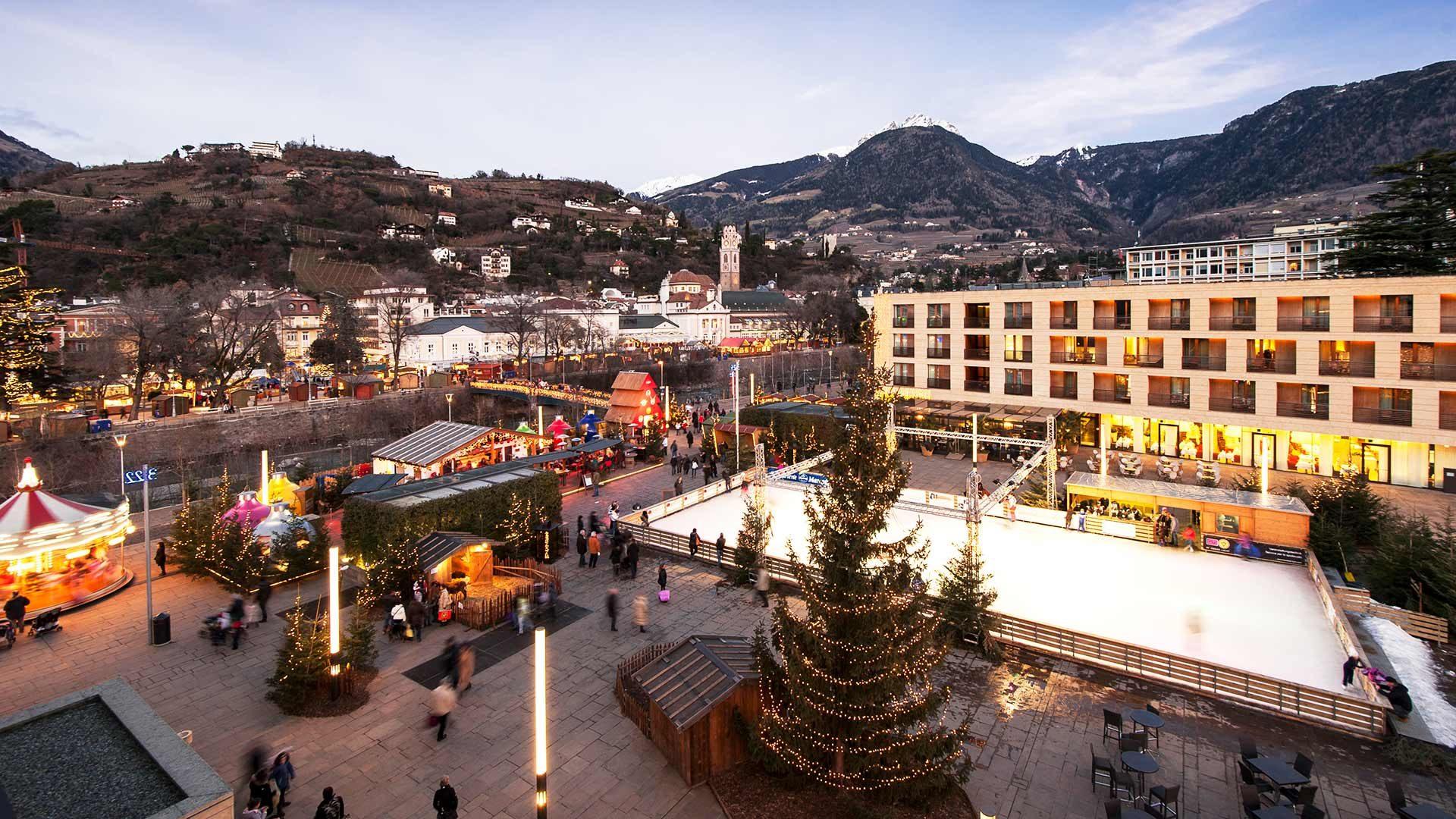 Blick zum Weihnachtsmarkt Meran